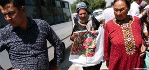 Turkmen Get By on Piecemeal Sales and Cash Withdrawals in Uzbekistan